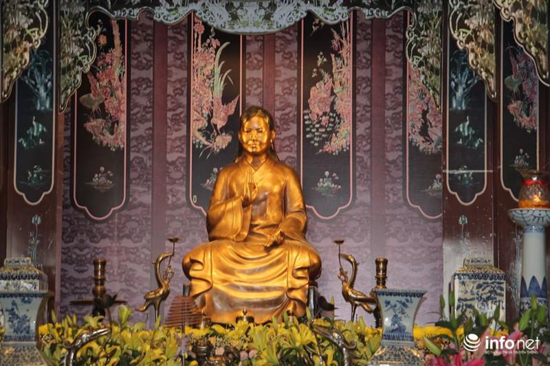 Tượng bà Phạm Thị Lan được thờ trong đền.
