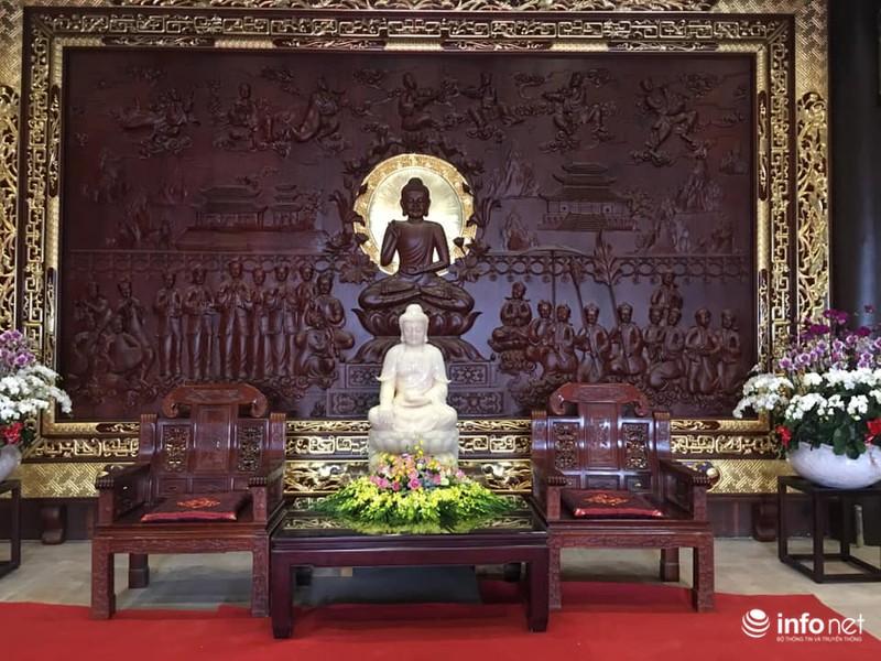 Tượng Phật được đặt giữa nơi tiếp khách tại tầng 1.
