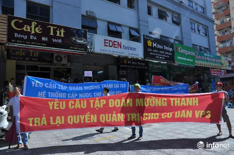 Cư dân chung cư ông Thản đội nắng gắt phản đối việc mất nước sinh hoạt - ảnh 4