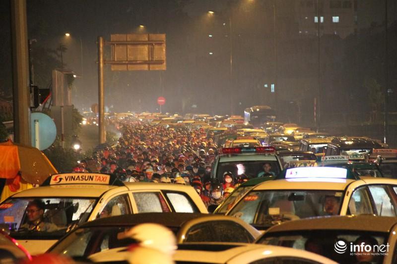 Mưa tầm tã, kẹt xe kinh hoàng cửa ngõ sân bay Tân Sơn Nhất - ảnh 1