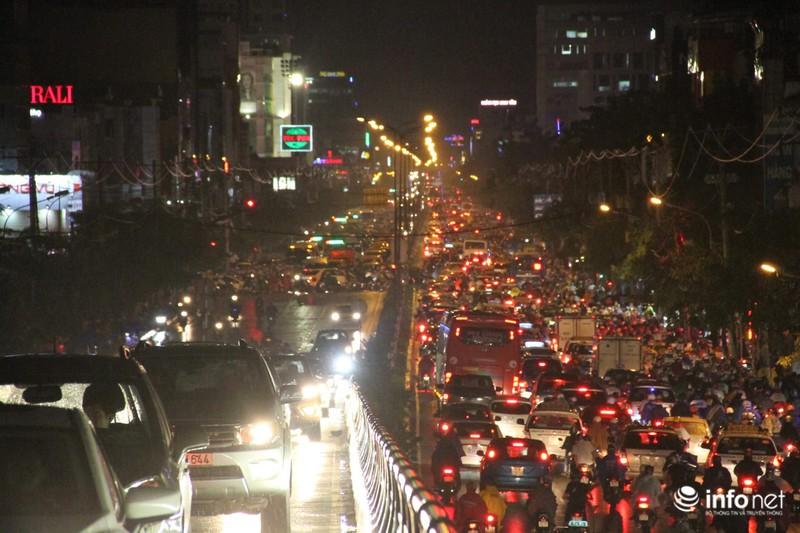 Mưa tầm tã, kẹt xe kinh hoàng cửa ngõ sân bay Tân Sơn Nhất - ảnh 7