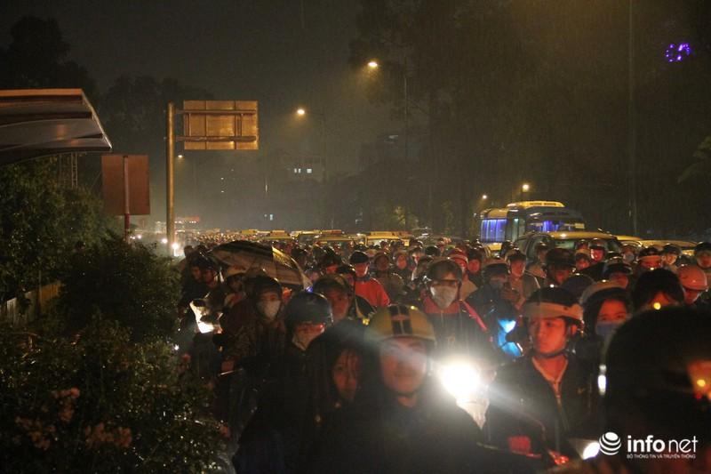 Mưa tầm tã, kẹt xe kinh hoàng cửa ngõ sân bay Tân Sơn Nhất - ảnh 9