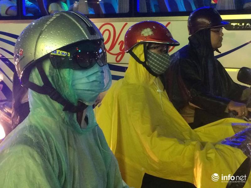 Mưa tầm tã, kẹt xe kinh hoàng cửa ngõ sân bay Tân Sơn Nhất - ảnh 10