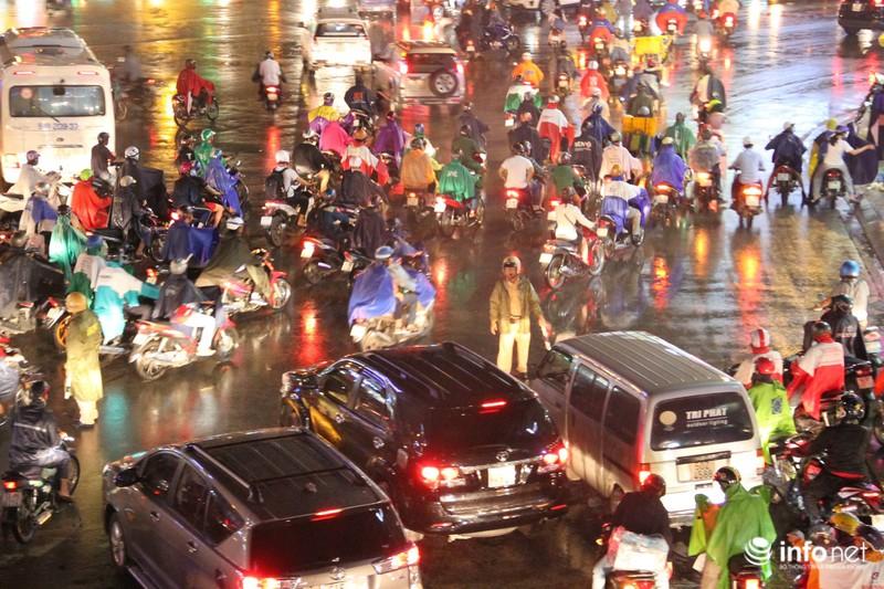 Mưa tầm tã, kẹt xe kinh hoàng cửa ngõ sân bay Tân Sơn Nhất - ảnh 8
