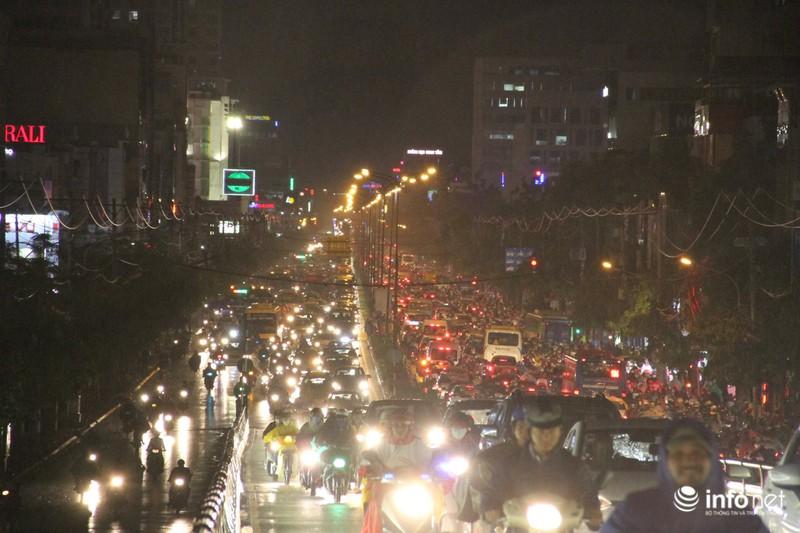 Mưa tầm tã, kẹt xe kinh hoàng cửa ngõ sân bay Tân Sơn Nhất - ảnh 6