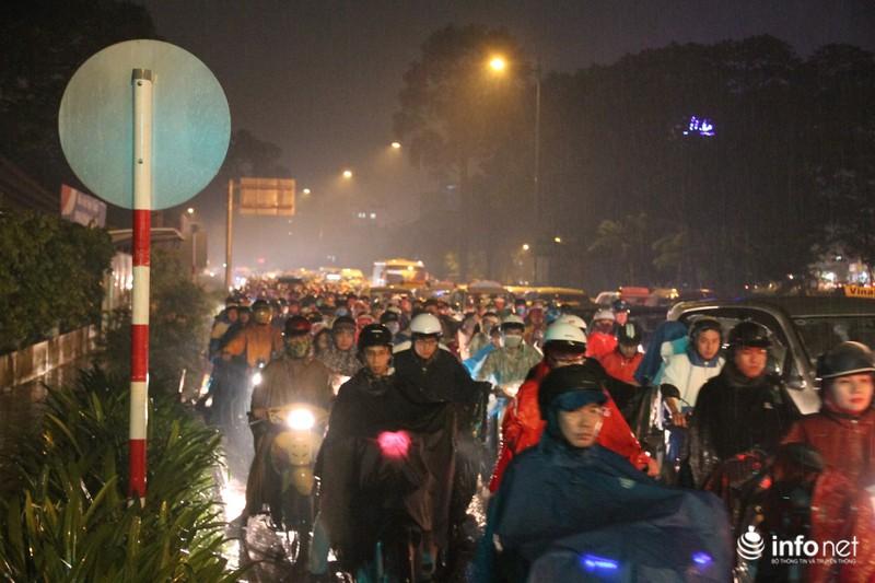 Mưa tầm tã, kẹt xe kinh hoàng cửa ngõ sân bay Tân Sơn Nhất - ảnh 3