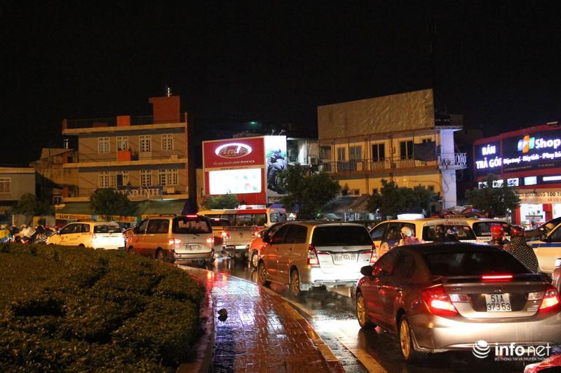 Mưa tầm tã, kẹt xe kinh hoàng cửa ngõ sân bay Tân Sơn Nhất - ảnh 2