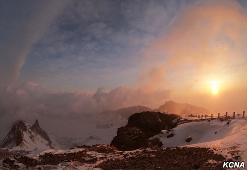 Thông tấn Triều Tiên: Ngỡ ngàng hình ảnh Kim Jong-un leo núi - ảnh 3