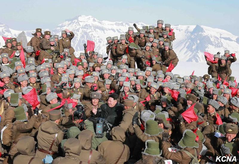 Thông tấn Triều Tiên: Ngỡ ngàng hình ảnh Kim Jong-un leo núi - ảnh 9