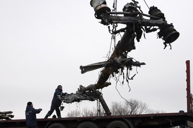 Những gì còn sót lại của chuyến bay định mệnh MH17 - ảnh 12
