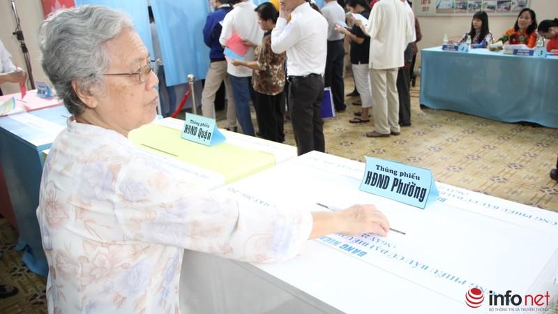 Phu nhân cố Tổng bí thư Nguyễn Văn Linh đi bầu cử ở tuổi 99 - ảnh 12