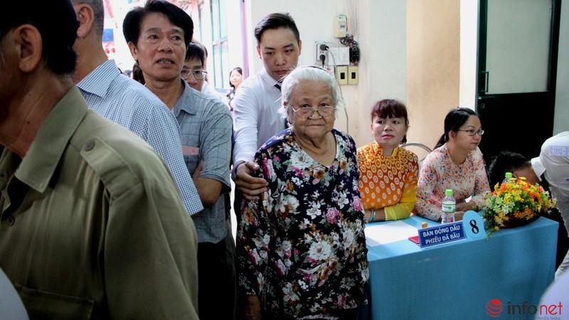 Phu nhân cố Tổng bí thư Nguyễn Văn Linh đi bầu cử ở tuổi 99 - ảnh 10