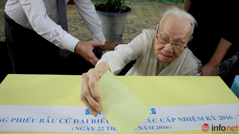 Phu nhân cố Tổng bí thư Nguyễn Văn Linh đi bầu cử ở tuổi 99 - ảnh 7