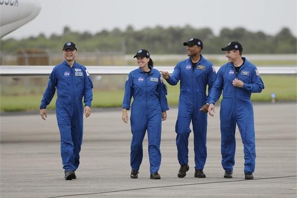 Bốn phi hành gia đến bãi phóng chuẩn bị lên Trạm vũ trụ trên tàu SpaceX