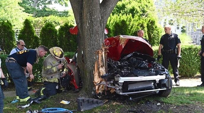 Đội cứu hộ đang tìm cách đưa chiếc xe Toyota Supra ra khỏi gốc cây