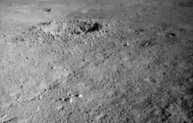 Vén màn bí ẩn về loại vật chất kỳ lạ được tìm thấy trên vùng tối của Mặt trăng - 1