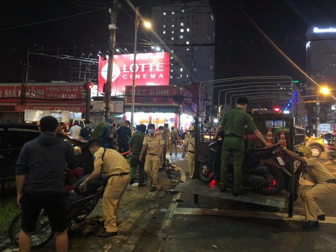 Nữ tài xế hoảng sợ vái lạy mọi người sau tai nạn tông hàng loạt xe máy ở TP. HCM - 2