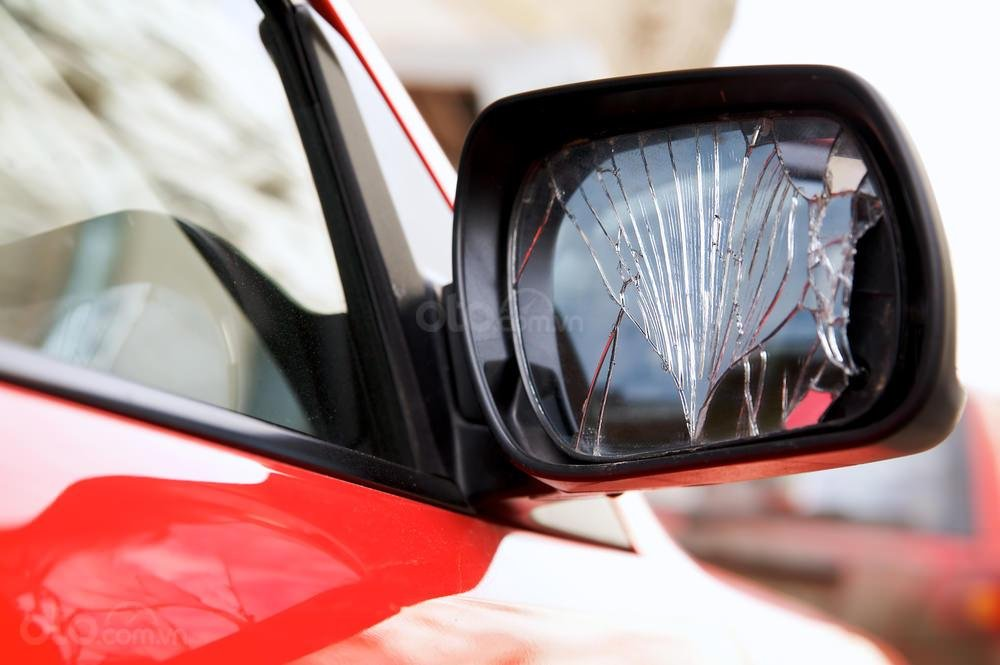 Dấu hiệu cần thay gương cửa ô tô - Có các vệt nứt