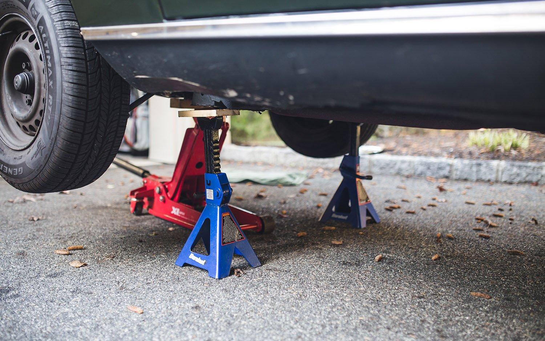 Con đội tăng sự an toàn khi làm việc dưới gầm xe.