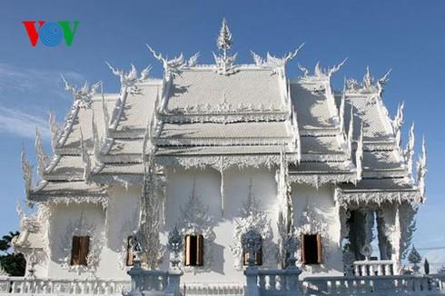 Độc đáo ngôi chùa trắng như tuyết ở Thái Lan - ảnh 4