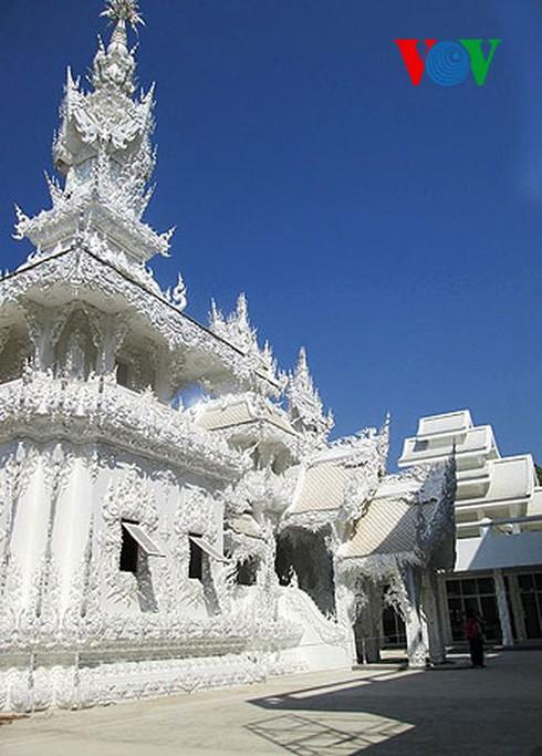Độc đáo ngôi chùa trắng như tuyết ở Thái Lan - ảnh 3