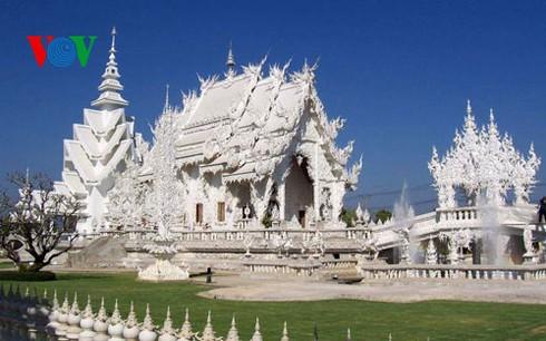 Độc đáo ngôi chùa trắng như tuyết ở Thái Lan - ảnh 1