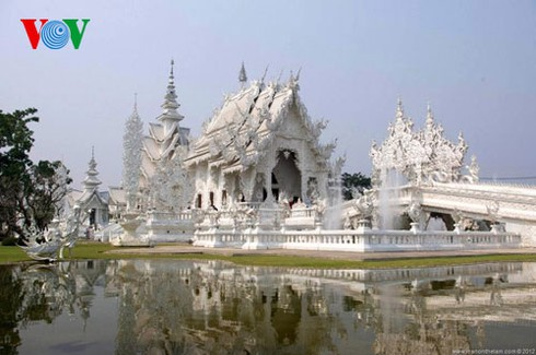 Độc đáo ngôi chùa trắng như tuyết ở Thái Lan - ảnh 2