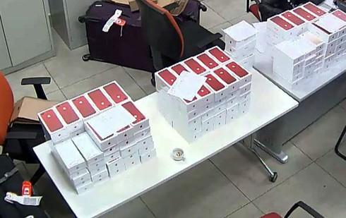 Hơn 100 chiếc iPhone không rõ nguồn gốc đang tuồn vào VN bị tịch thu - ảnh 2