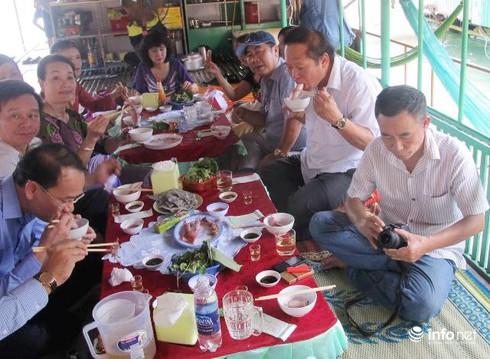 Bộ trưởng Trương Minh Tuấn thăm, động viên ngư dân Vũng Áng - ảnh 3