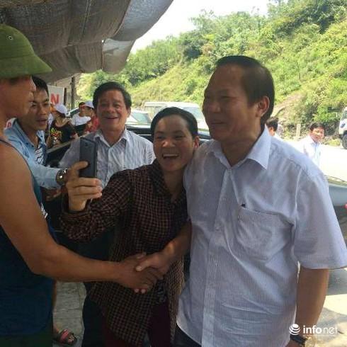 Bộ trưởng Trương Minh Tuấn thăm, động viên ngư dân Vũng Áng - ảnh 1