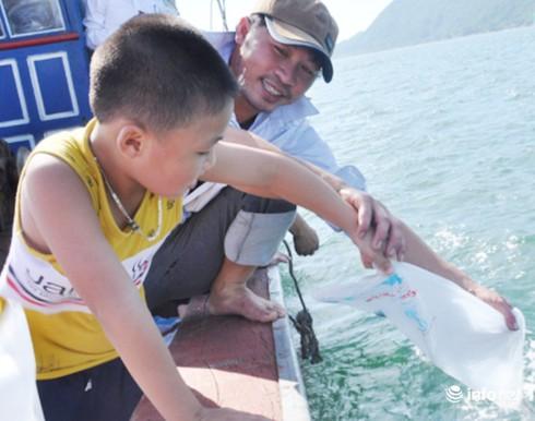 Hà Tĩnh: Thả 30 vạn con tôm xuống biển - ảnh 1