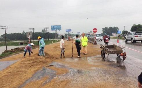 Nghệ An: QL 1A bị ách tắc vì xe bồn 'rải nhựa
