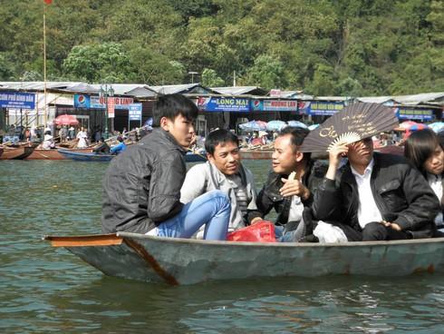 Lễ hội chùa Hương: Du khách hào hứng hành hương - ảnh 16