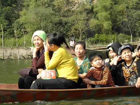Lễ hội chùa Hương: Du khách hào hứng hành hương - ảnh 13