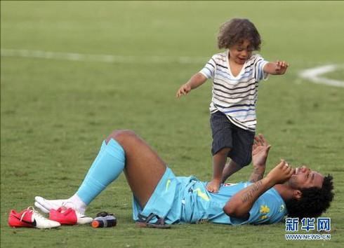 Những hình ảnh cha con cảm động của các ngôi sao World Cup 2014 - ảnh 8