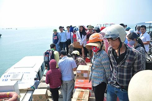 Điều động tàu hải quân đón toàn bộ khách du lịch từ đảo Cô Tô về đất liền - ảnh 1