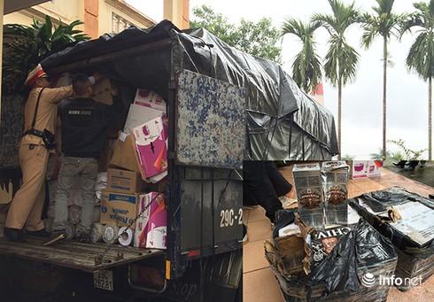 Bắt giữ một xe tải chở rượu và nhiều hàng lậu chuẩn bị vào Hà Nội - ảnh 1