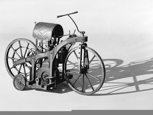 Chiếc xe gắn máy đầu tiên ra đời ở quốc gia nào?