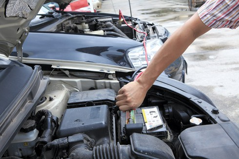 Cách câu dây nạp ắc qui khi xe ô tô hết điện trên đường - ảnh 1