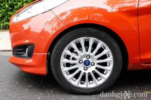 Lazang hợp kim 16'' đi cùng lốp xe có kích thước 195/55 R16 được trang bị trên 3 phiên bản cao cấp, hai phiên bản trend trang bị lazang hợp kim 15'' đi cùng lốp xe có kích thước 185/55 R15
