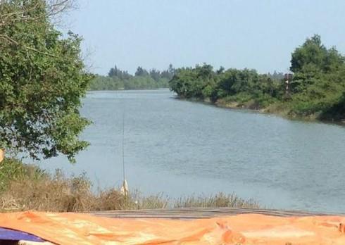 2 công nhân liều mình lao xuống sông cứu người đuối nước - ảnh 1