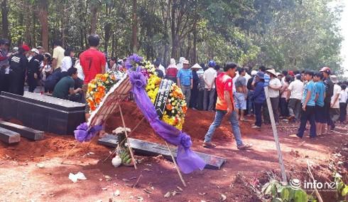 Xé lòng đám tang 4 nữ sinh đuối nước nơi quê nghèo - ảnh 1