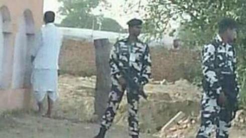 Bộ trưởng Nông nghiệp Ấn Độ gây bão mạng vì... tè bậy - ảnh 1
