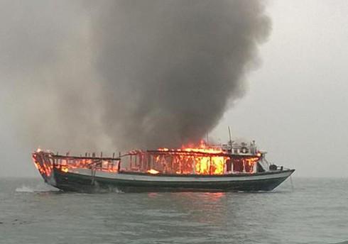 Cứu sống 10 ngư dân bị cháy tàu giữa biển - ảnh 1
