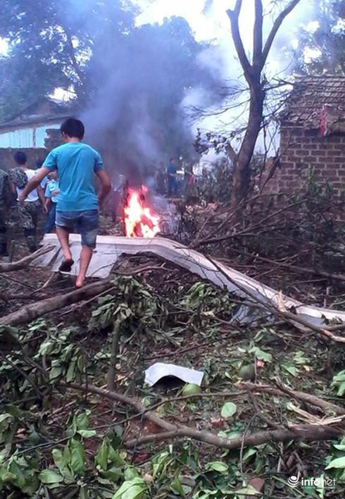 Hiện trường vụ máy bay trực thăng rơi ở Hòa Lạc - ảnh 1