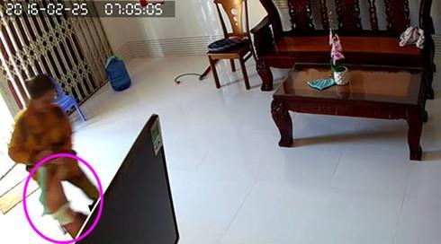 """""""Sốc"""" cảnh cháu bé 8 tháng tuổi bị người giúp việc bạo hành ở Phan Thiết - ảnh 2"""