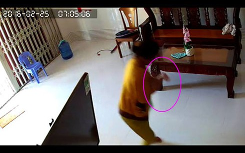 """""""Sốc"""" cảnh cháu bé 8 tháng tuổi bị người giúp việc bạo hành ở Phan Thiết - ảnh 3"""