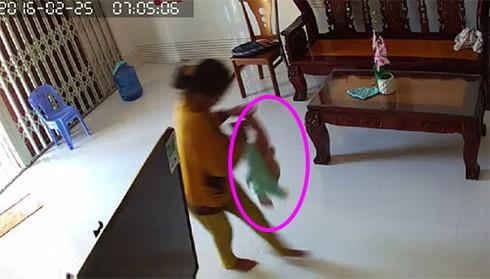 """""""Sốc"""" cảnh cháu bé 8 tháng tuổi bị người giúp việc bạo hành ở Phan Thiết - ảnh 4"""