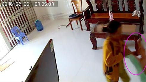 """""""Sốc"""" cảnh cháu bé 8 tháng tuổi bị người giúp việc bạo hành ở Phan Thiết - ảnh 5"""
