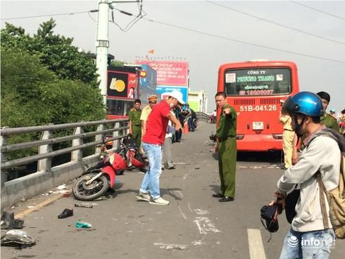 Ô tô chở khách tông hàng loạt xe máy tại TP.HCM, ít nhất 6 người bị thương - ảnh 2